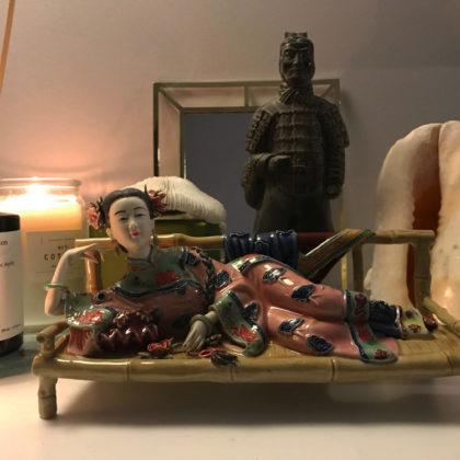 """Фарфоровая статуэтка """"Девушка на скамье"""""""