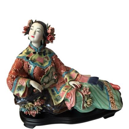 отдыхающая дама статуэтка